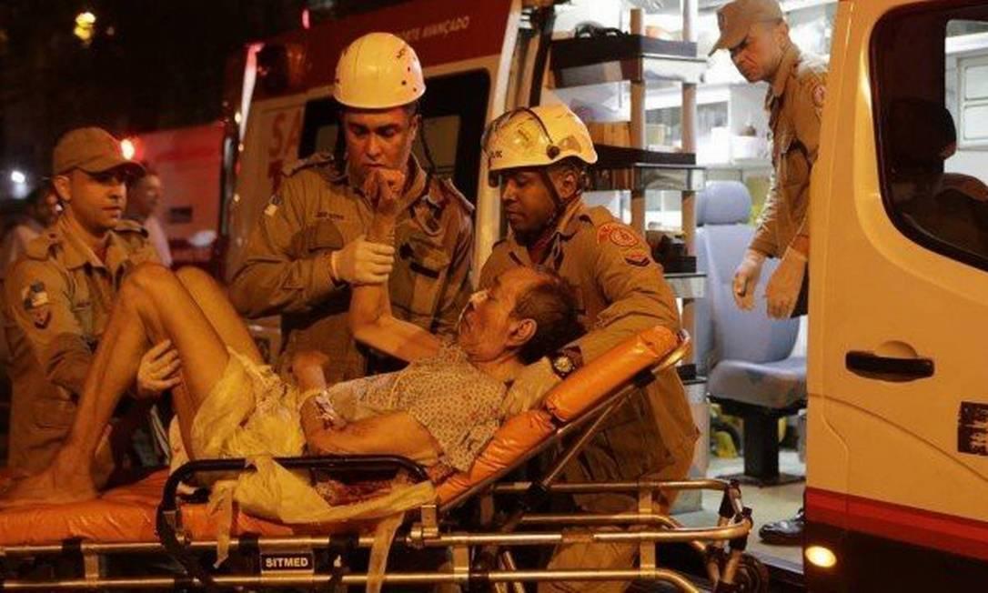 Pacientes foram retirados do hospital durante incêndio Foto: Alexandre Cassiano / Agência O Globo