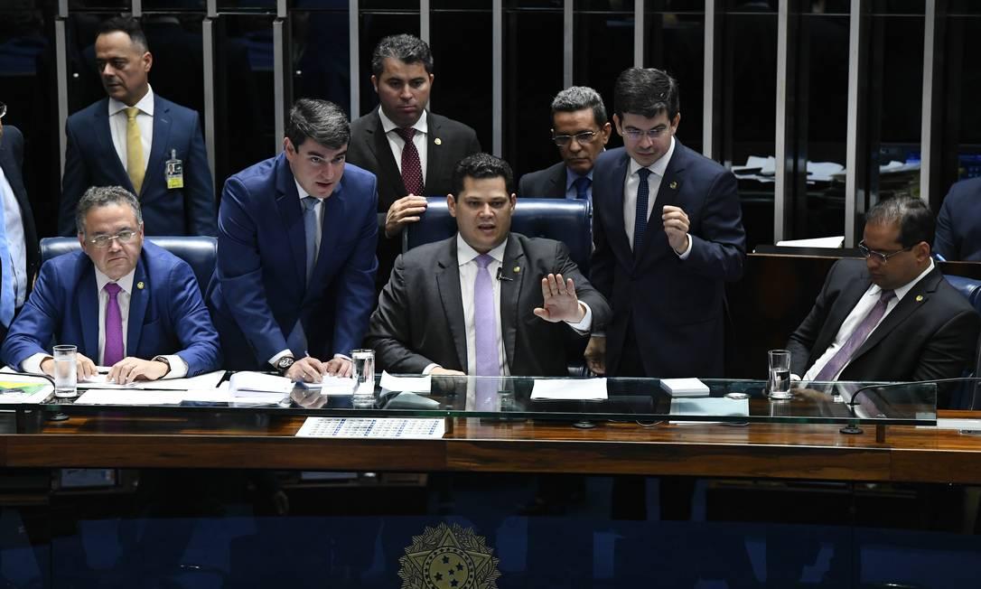 Alcolumbre comanda sessão no plenário: presidente da Casa aguarda decisão do STF sobre reeleição Foto: Marcos Oliveira/Agência Senado