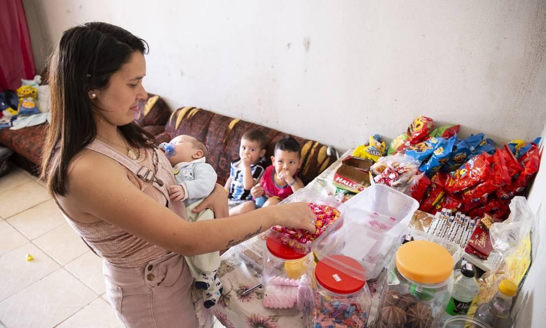 Suellen Dias, de 21 anos, não consegue vaga para filhos na creche, em Santa Cruz do Sul (RS) Foto: Bruno Pedry / Agência O Globo