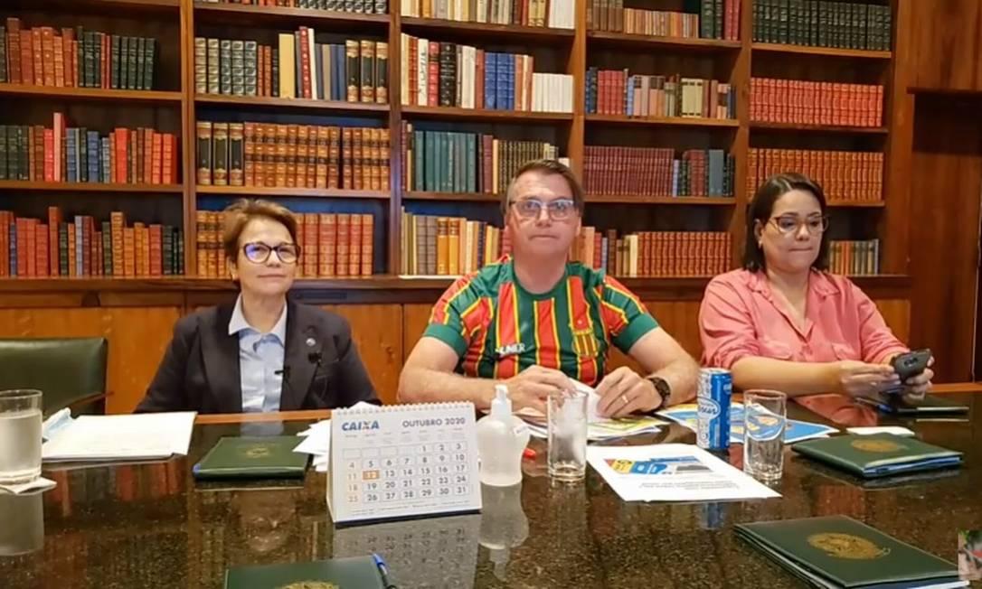 O presidente Jair Bolsonaro e a ministra Tereza Cristina participam de transmissão ao vivo Foto: Reprodução/Youtube