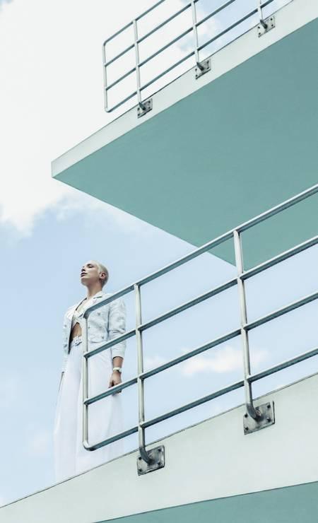 Jaqueta Louis Vuitton, top A.Brand, calça Karamello e relógio Cartier na Sara Joias Foto: Sher Santos