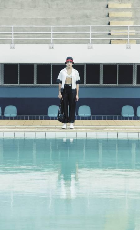 Camisa, calça, chapéu e bolsa, tudo Prada, e tênis Reserva Foto: Sher Santos