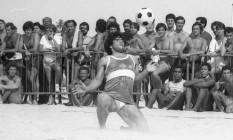 Maradona, de joelhos, mata bola no peito durante partida de futevôlei Foto: Joaquim Nabuco/13.07.1985 / Agência O GLOBO