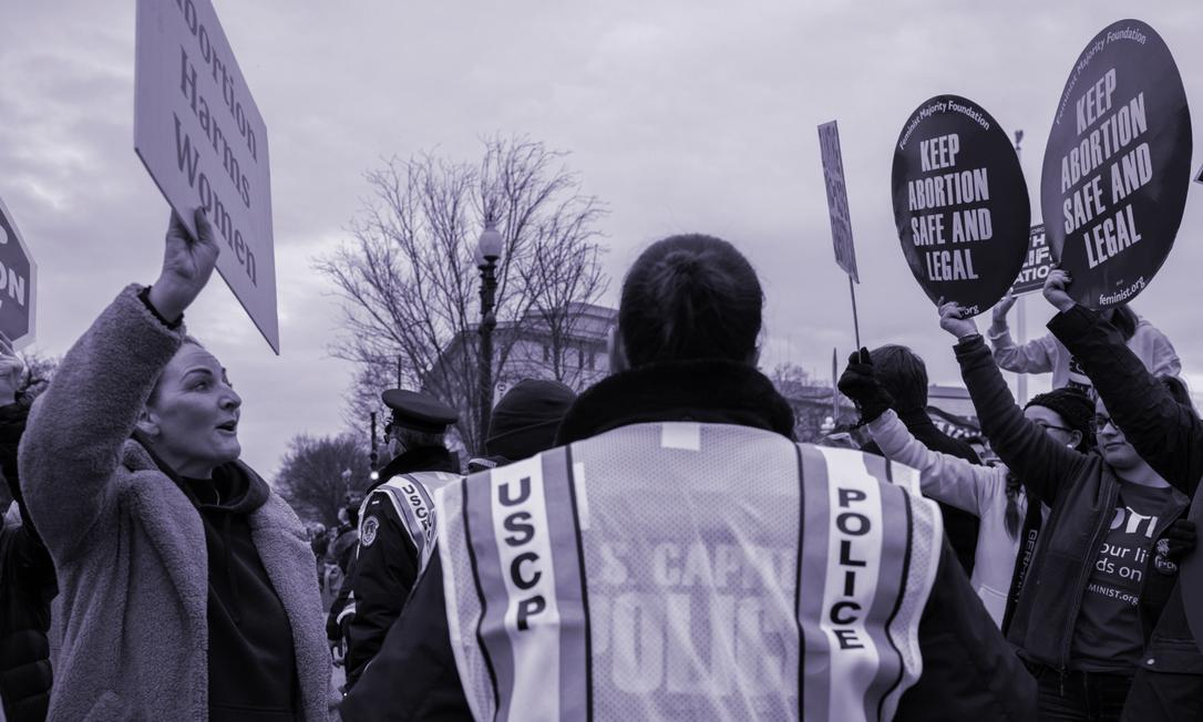 Mulheres contrárias e favoráveis ao aborto legal em protesto em Washington D.C. Foto: NYT