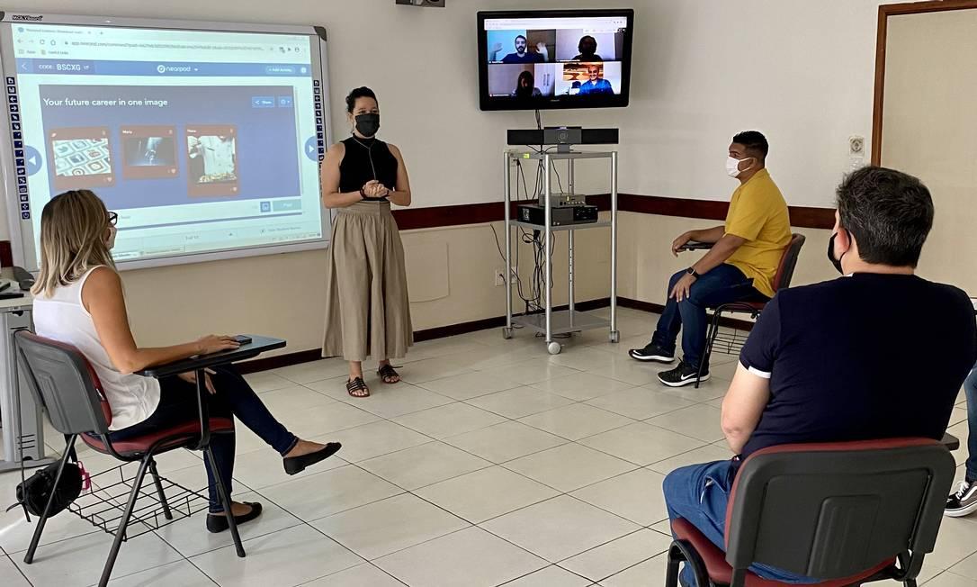 Hightech. Roberta (de preto) testa câmera que acompanha interlocutor com equipe pedagógica do Ibeu Foto: Divulgação