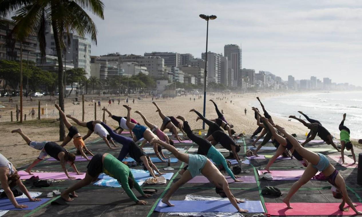 Distanciamento e máscara nas aulas gratuitas de yoga, no Leblon Foto: Márcia Foletto / Agência O Globo - 28/10/2020