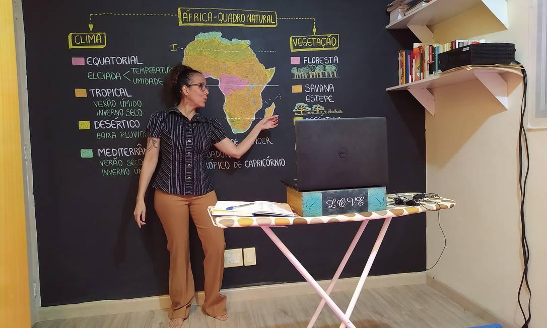 De pés descalços, a professora de Geografia, Priscila Bagli, de 44 anos, grava aula em espaço improvisado para trabalhar remotamente durante a pandemia Foto: Arquvo Pessoal