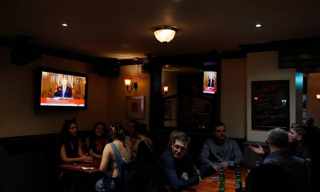 Pessoas em pub em Durham enquanto Boris Johnson anuncia a nova quarentena na Inglaterra Foto: LEE SMITH / REUTERS