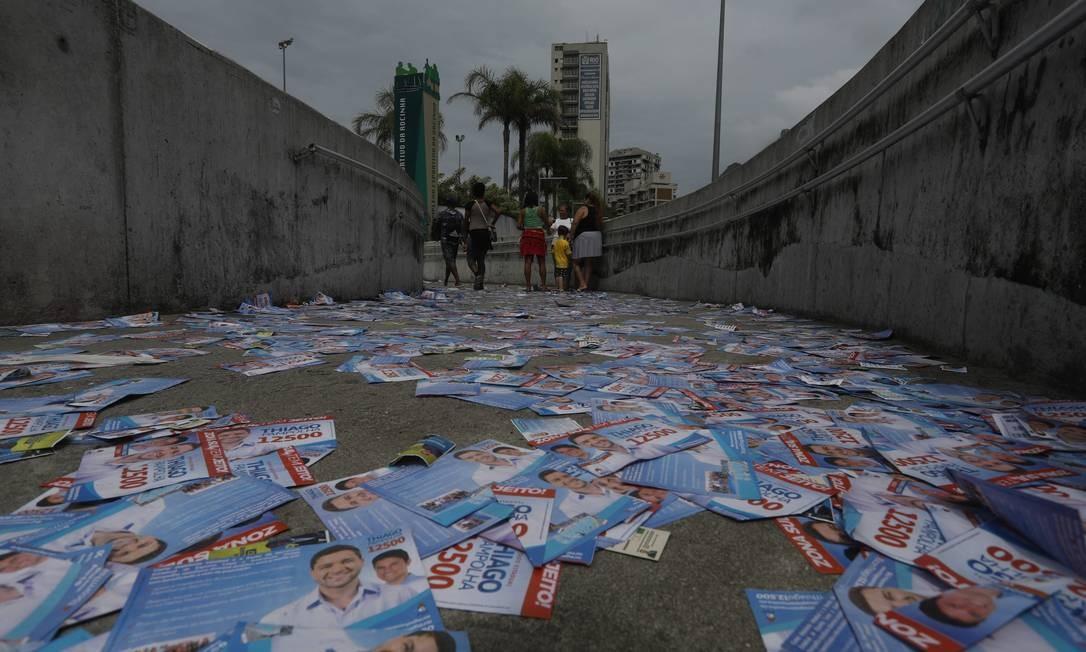 O volume de santinhos de 2020 foi bem menor que na eleição de 2018 Foto: Custódio Coimbra / Agência O Globo 07/09/2018