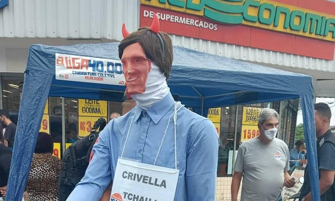 Fiscais do TRE apreendem boneco gigante de Crivella em ação com tumulto Foto: Divulgação