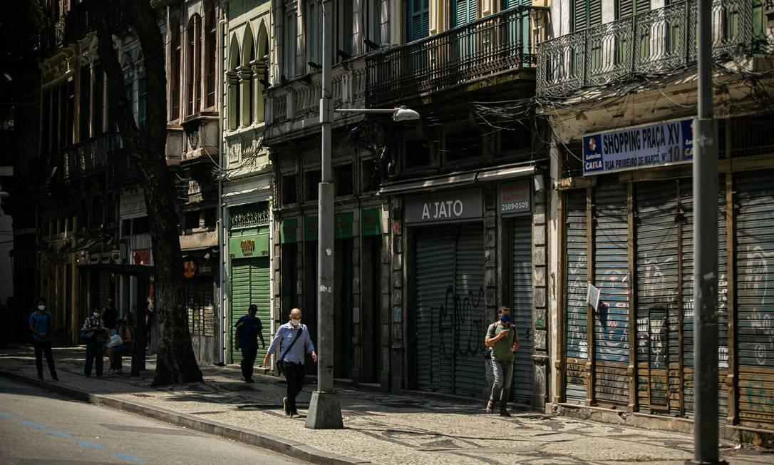 Lojas fechadas na Rua Primeiro de Março, no Centro do Rio, como impacto da pandemia Foto: Hermes de Paula / Agência O Globo