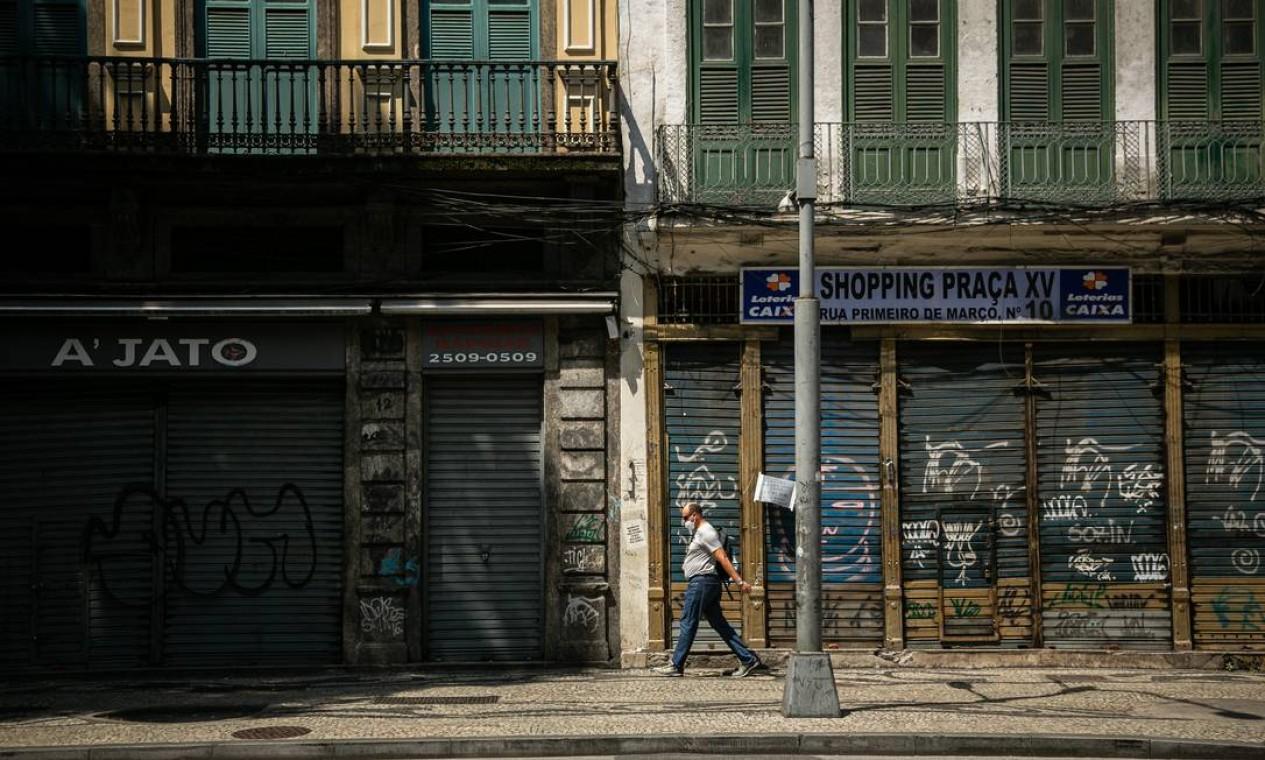 Comércio fechado no Centro do Rio em dia de semana. Efeitos da crise. Foto: Hermes de Paula / Agência O Globo - 29/10/2020