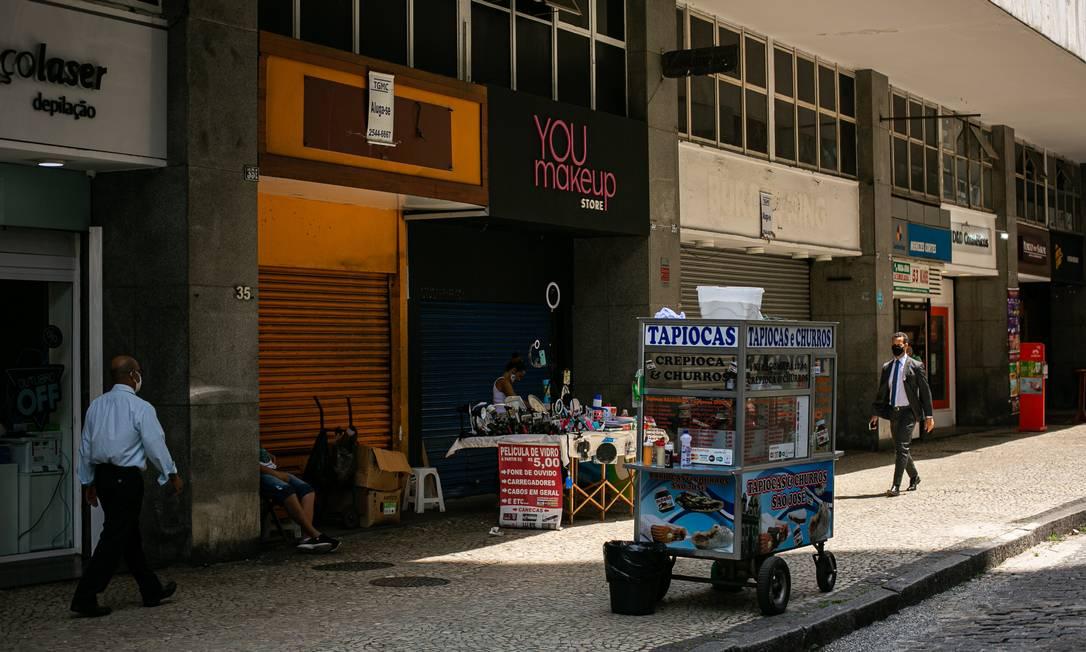 Rua São José, no Centro do Rio, sem movimento em dia de semana Foto: Hermes de Paula / Agência O Globo