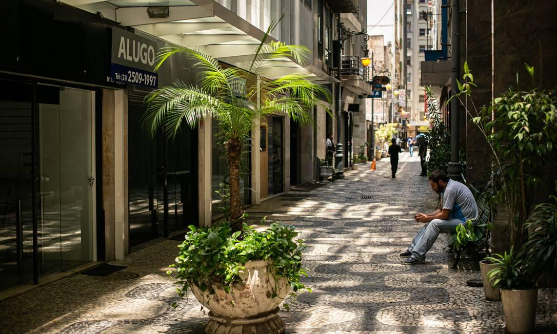 Lojas fechadas na Travessa do Ouvidor, no Centro do Rio, em razão da pandemia Foto: Hermes de Paula / Agência O Globo
