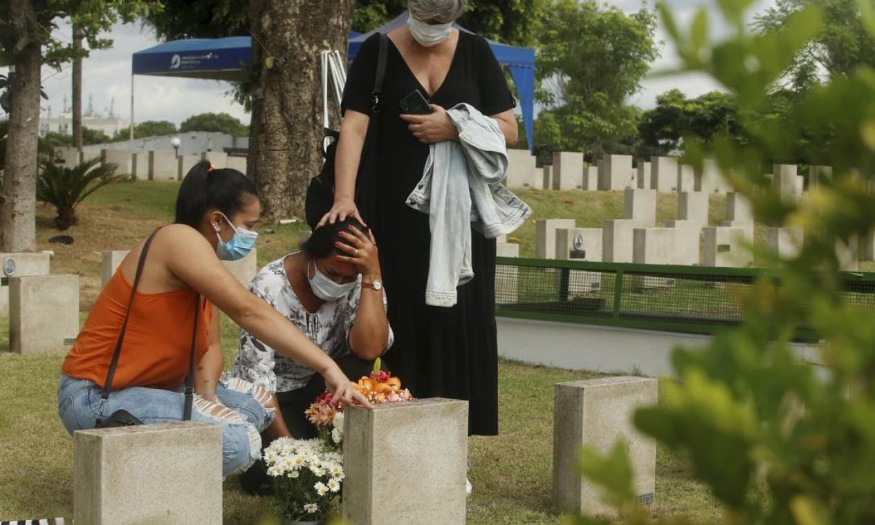Vera Lúcia se emociona ao homenagear familiar vítima da Covid-19, no Cemitério da Penitência , no Caju, Zona Norte do Rio Foto: Fabiano Rocha / Agência O Globo