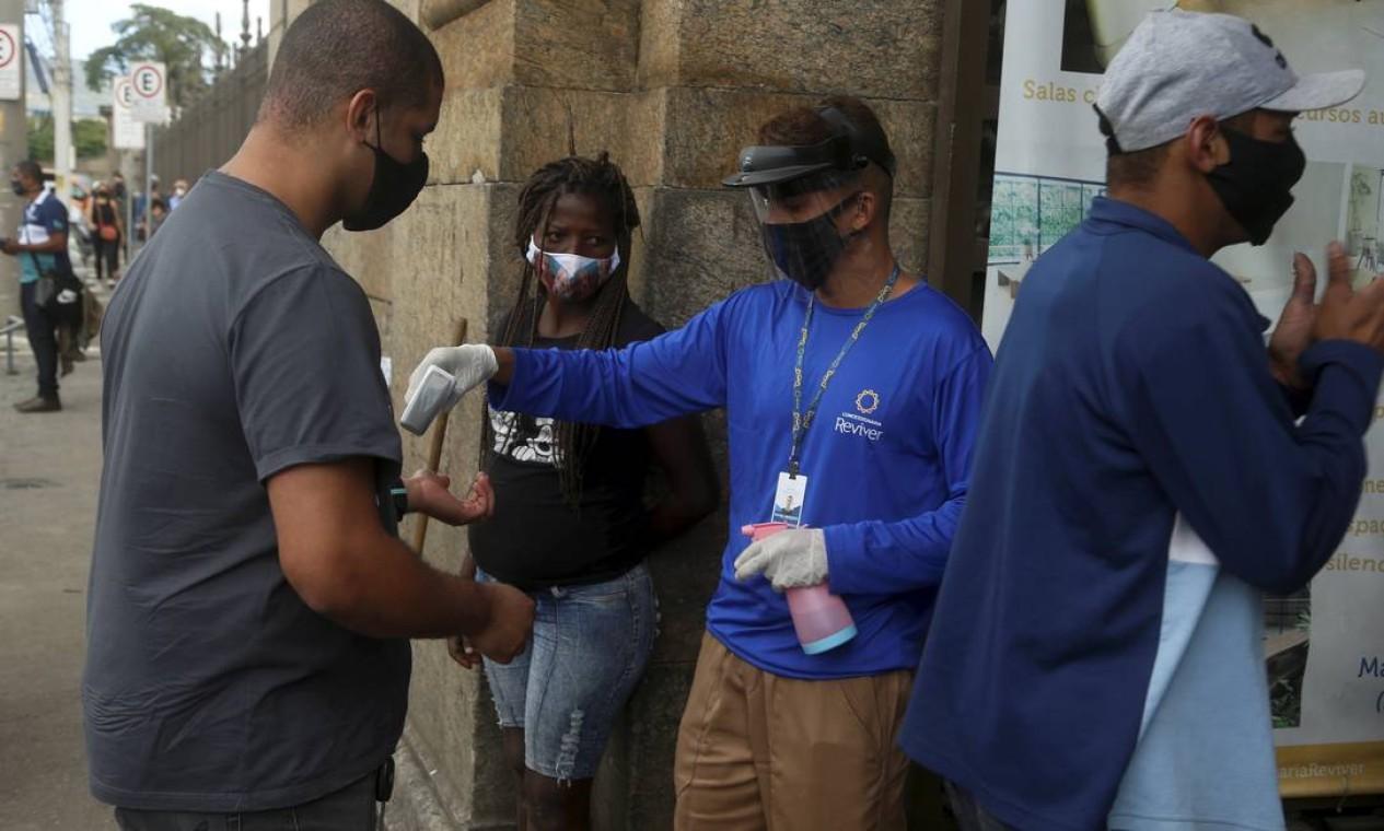 Cemitério São Francisco Xavier , no Caju, adotou medidas de prevenção, como aferir temperatura e desinfetar mão de visitantes Foto: Fabiano Rocha / Agência O Globo