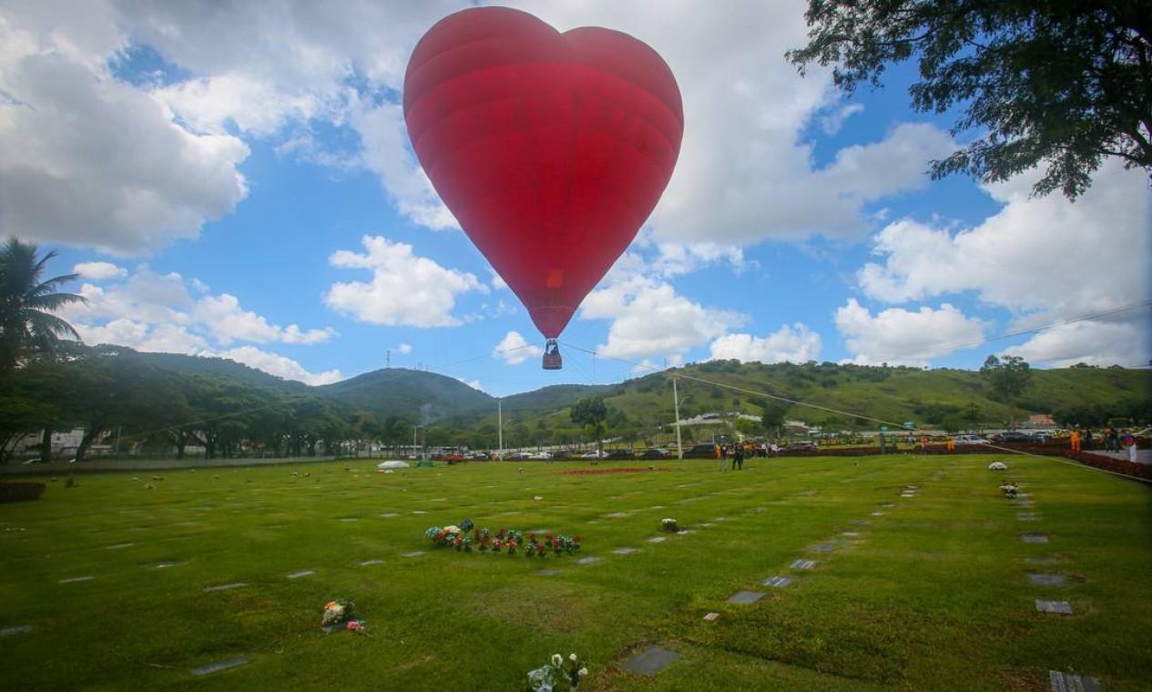A programação no Jardim da Saudade de Sulacap começou as 8:30, com a subida de um balão dirigível de 20 mts, em formato de coração vermelho, com chuvas de milhares de pétalas de rosas, simbolizando o amor eterno, às mais de 20 mil vítimas no Rio de Janeiro. O balão desce às 11h, com a benção de Dom Orani Tempesta, num minuto de silêncio pelas famílias. Em seguida o Cardeal Arcebispo do Rio de Janeiro abençoou a inauguração do Memorial Reencontro pelas vítimas da Covid-19 Foto: Gustavo Azeredo / Agência O Globo