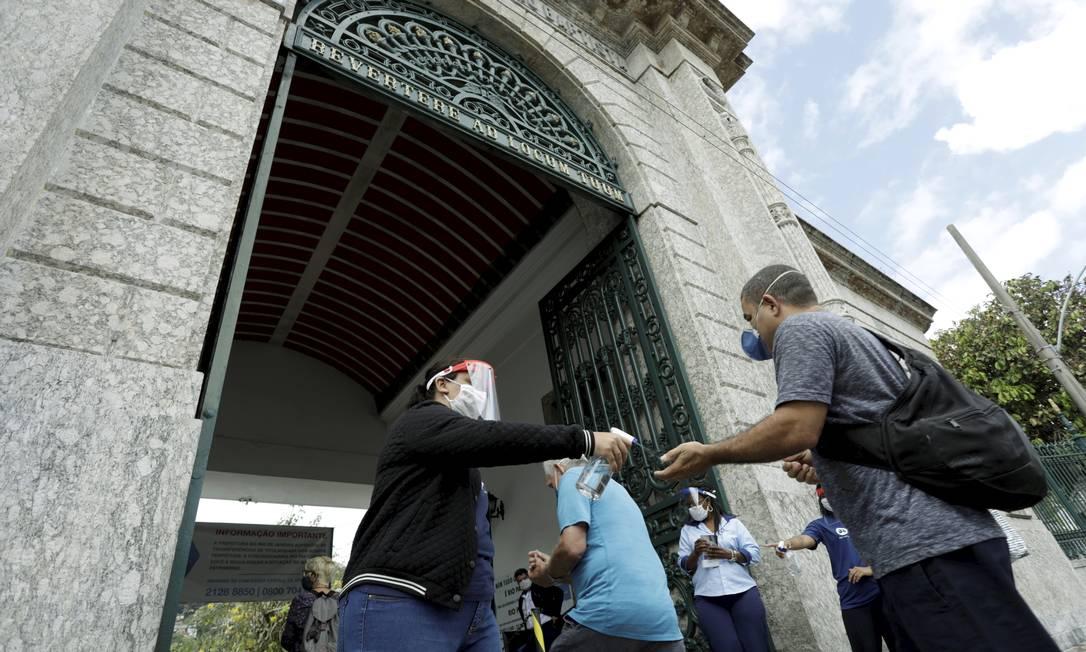 Visitantes têm temperatura verificada no Cemitério São João Batista, em Botafogo, Zona Sul do Rio, no Dia de Finados Foto: Gabriel de Paiva / Agência O Globo - 02/11/2020