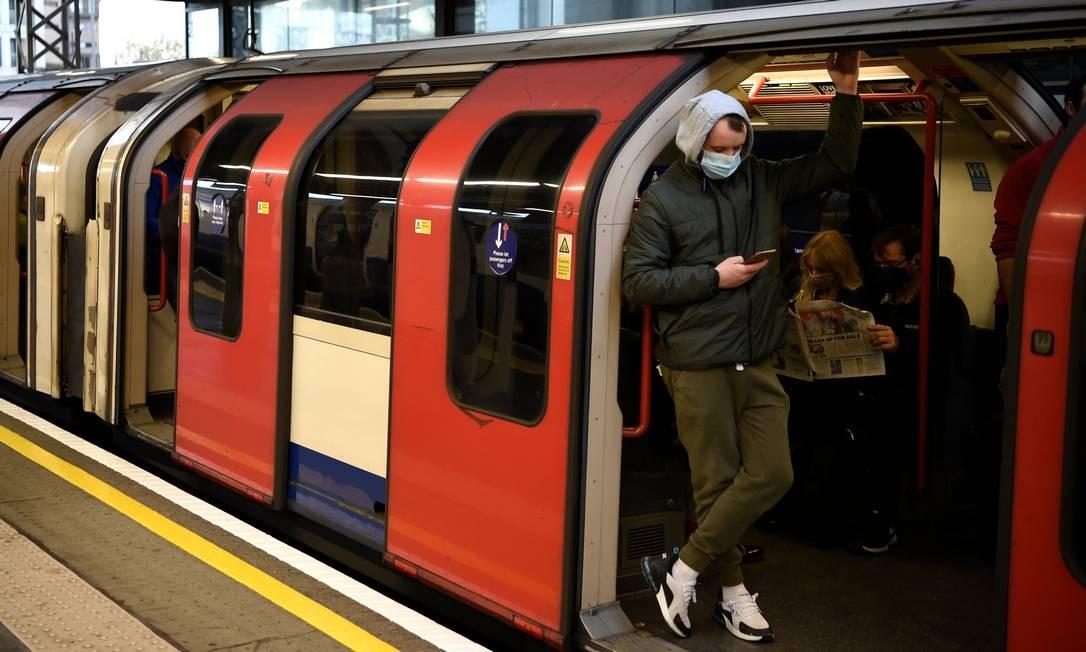 Os passageiros usam máscaras durante a hora do rush matinal na estação Stratford do metrô de Londres, no centro de Londres, Inglaterra. Um segundo bloqueio nacional do Reino Unido está programado para entrar em vigor em 5 de novembro e terminar em 2 de dezembro Foto: DANIEL LEAL-OLIVAS / AFP