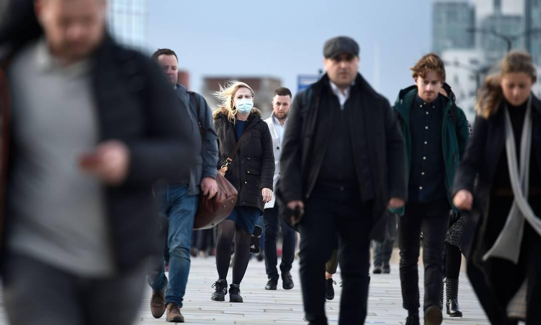 Os passageiros caminham pela London Bridge durante a hora do rush matinal no centro de Londres, Inglaterra. Um segundo bloqueio nacional do Reino Unido está programado para entrar em vigor em 5 de novembro e terminar em 2 de dezembro Foto: DANIEL LEAL-OLIVAS / AFP