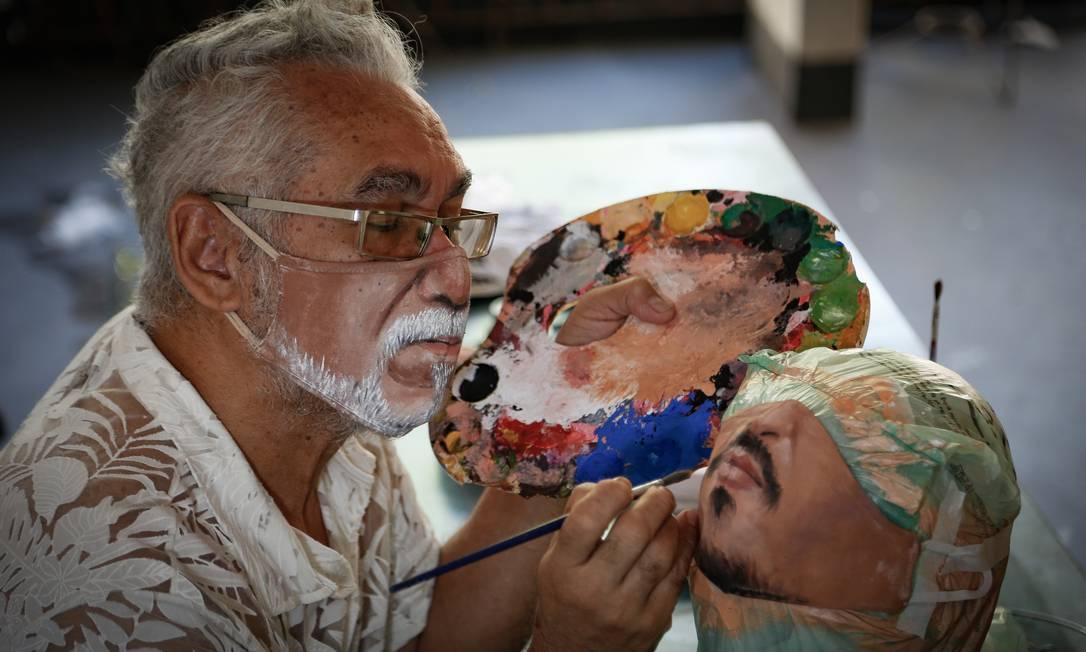 Artista plástico Jorge Roriz usa máscara que customizou e pinta outra, inspirada no ator americano Johnny Depp Foto: Roberto Moreyra / Agência O Globo