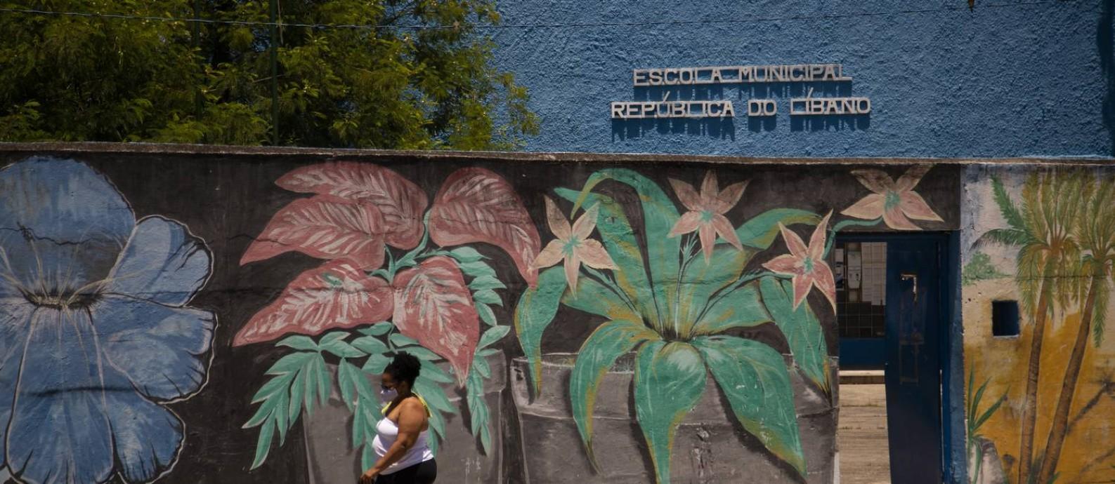 O muro com pintura de flores da Escola Municipal República do Líbano, em Vigário Geral, não ameniza dificuldades dos alunos: no colégio com um dos piores resultados no Ideb, estudantes e vizinhos relatam ameaças Foto: Gabriel Monteiro / Agência O Globo