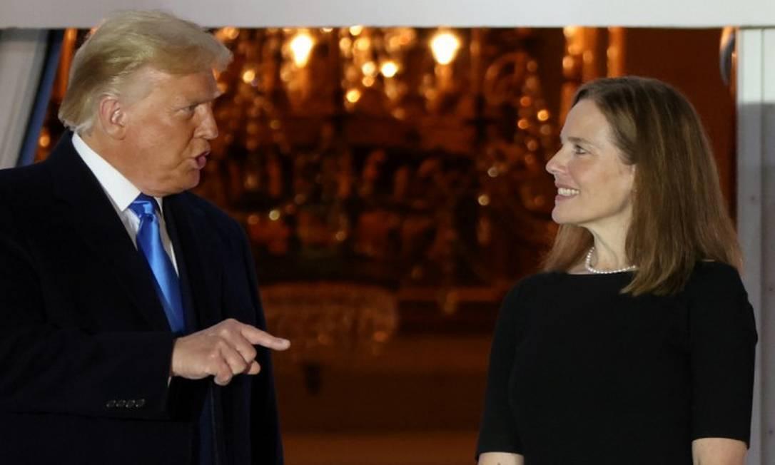O presidente americano Donald Trump fala com a juíza Amy Coney Barrett após sua indicação para a Suprema Corte Foto: JONATHAN ERNST / REUTERS
