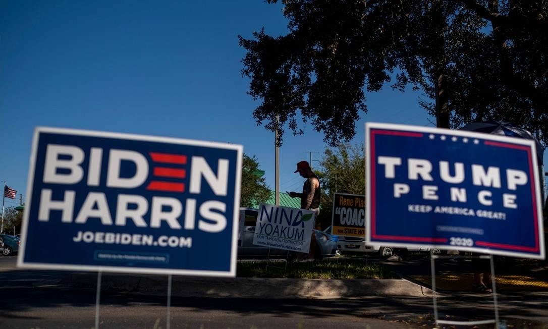 Em Orlando, na Flórida, cartazes das campanhas de Trump e Biden são mostrados lado a lado Foto: RICARDO ARDUENGO / AFP