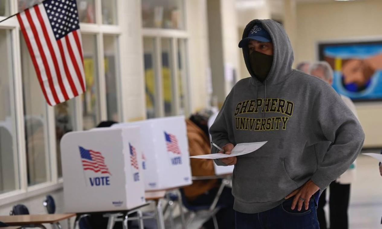 Eleitor registra sua cédula de votação em seção eleitoral em Winchester, Virgínia. Seções foram abertas em Nova York, Nova Jersey e Virgínia no início desta terça-feira Foto: ANDREW CABALLERO-REYNOLDS / AFP