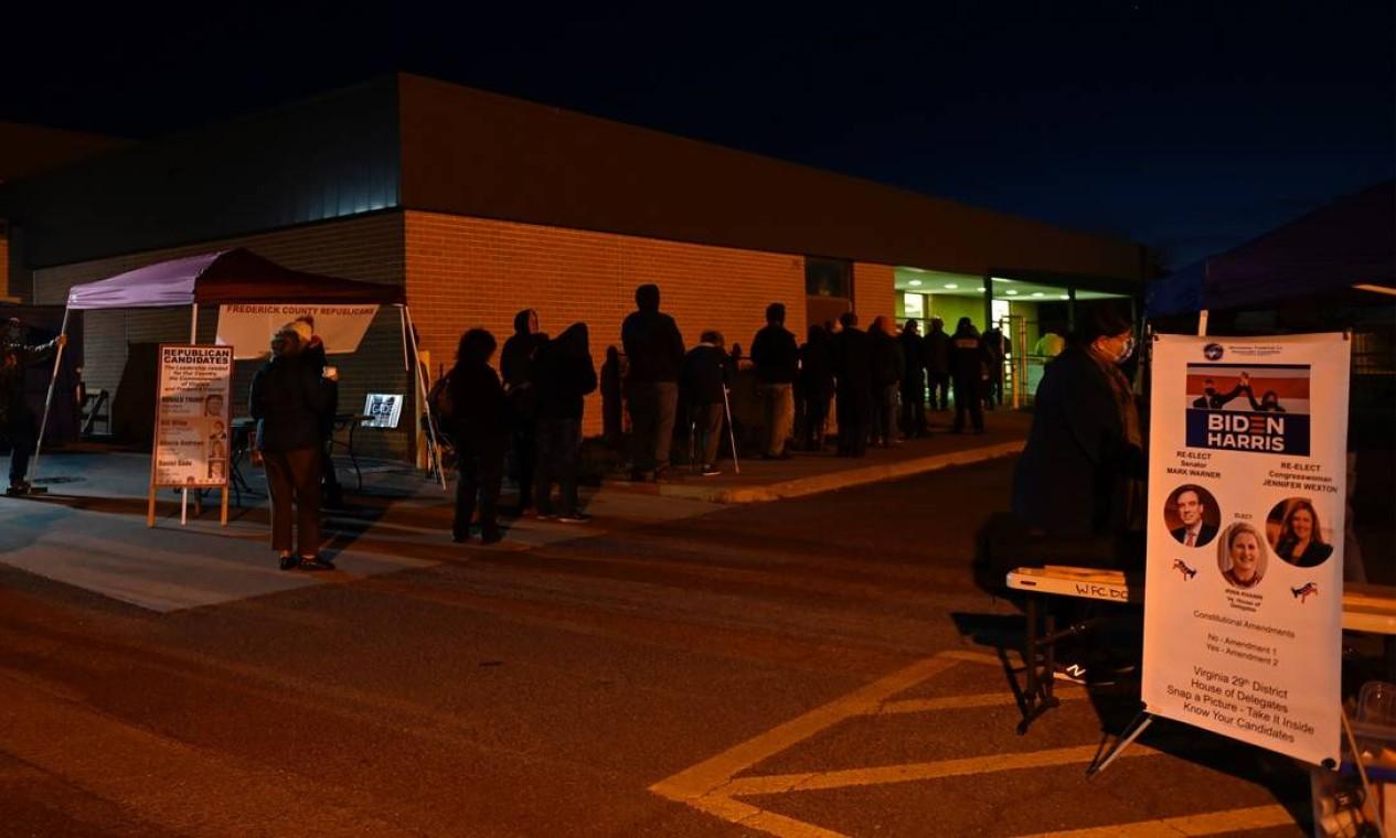 Eleitores aguardam na fila de uma seção eleitoral em Winchester, Virgínia Foto: ANDREW CABALLERO-REYNOLDS / AFP