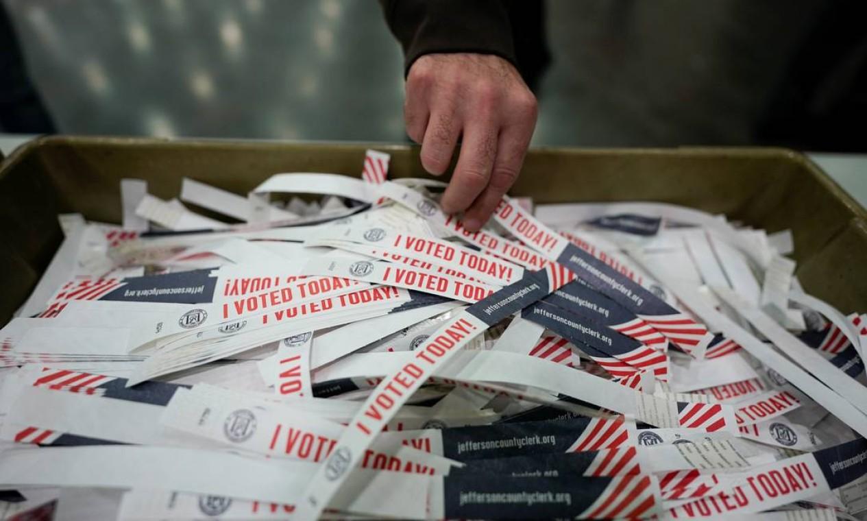 """Um eleitor leva um adesivo """"Eu votei hoje"""", em Kentucky. Eleição histórica já tem mais de cem milhões de americanos que votaram antecipadamente Foto: BRYAN WOOLSTON / REUTERS"""