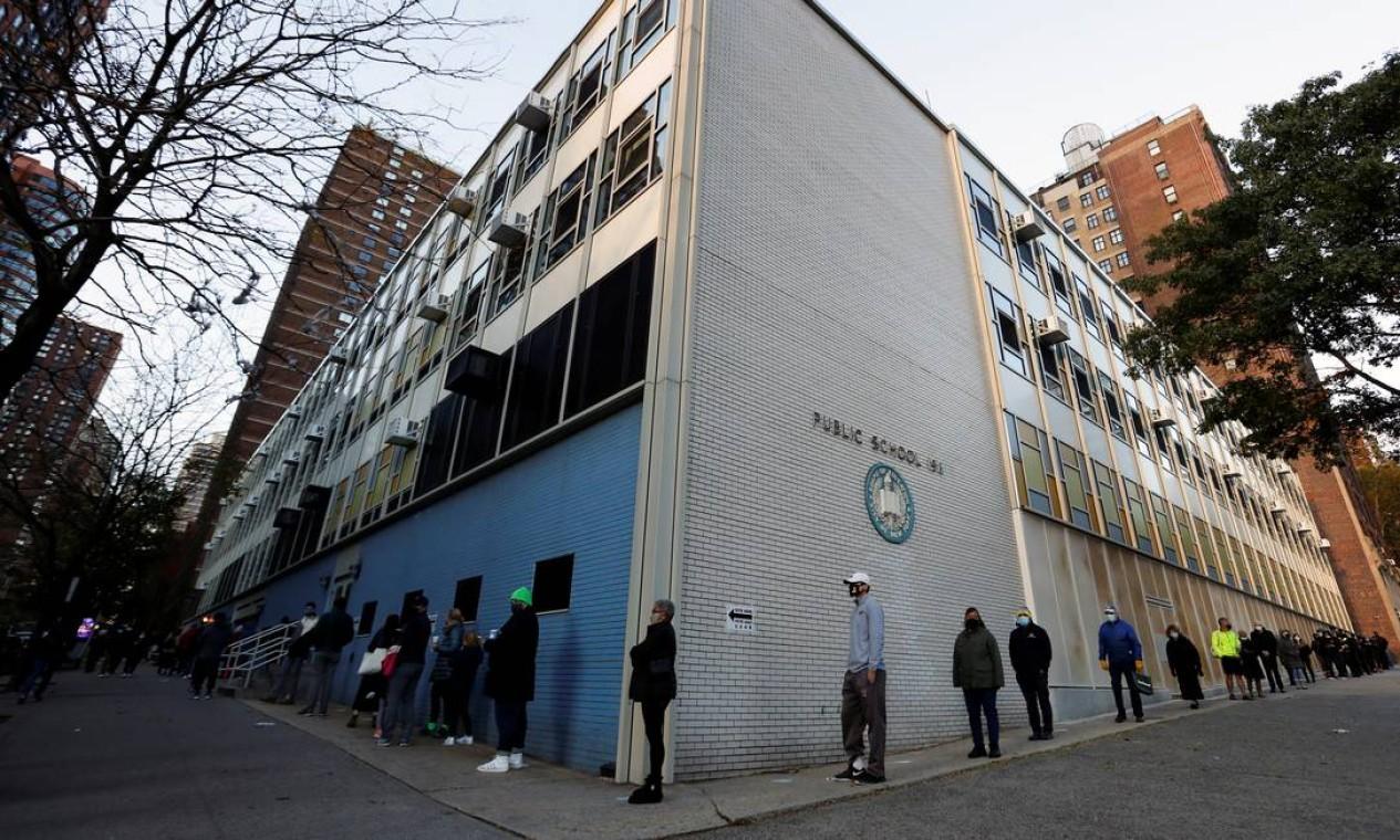 Pessoas fazem fila para votar no PS 198, bairro de Manhattan, em Nova York Foto: ANDREW KELLY / REUTERS