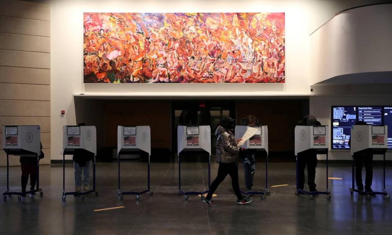 Pessoas votam no Museu do Brooklyn, em Nova York Foto: CAITLIN OCHS / REUTERS