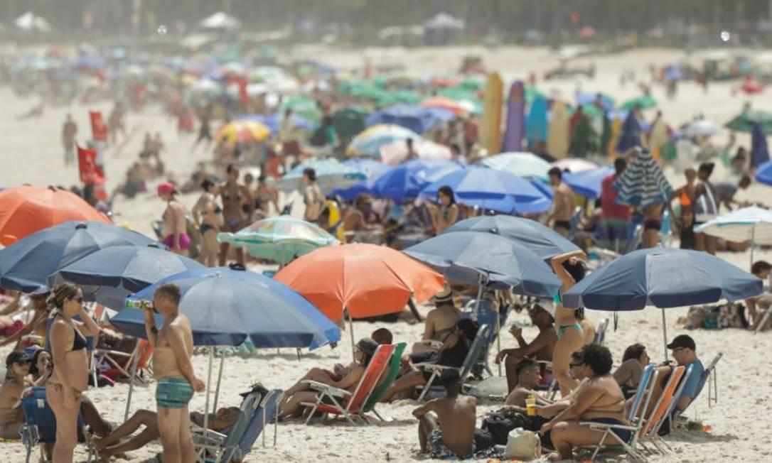 A permanência na areia da praia agora está liberada no Rio, assim como o aluguel de barracas e de cadeiras Foto: Gabriel de Paiva em 18/10/20 / Agência O Globo