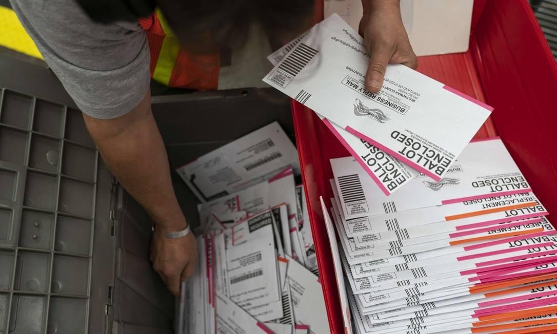 Votos pelo correio são contados em Portland, no Oregon Foto: Nathan Howard / AFP / 2-11-2020
