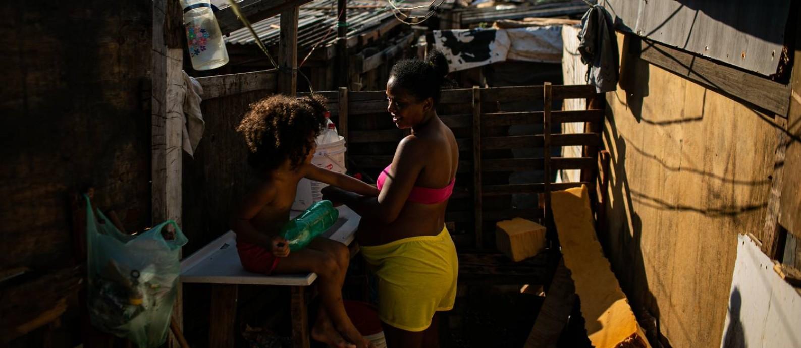 Gizelia de Oliveira Sebastiana e filha Samyra foram morar em uma ocupação após não ter mais dinheiro para pagar aluguel Foto: Hermes de Paula / Agência O Globo