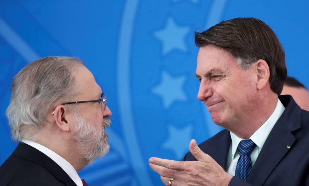 Aras e Bolsonaro: diferentes posicionamentos sobre postura que deve ser adotada diante de imunização contra a Covid-19 Foto: Ueslei Marcelino / Ueslei Marcelino/Reuters/17-4-2020
