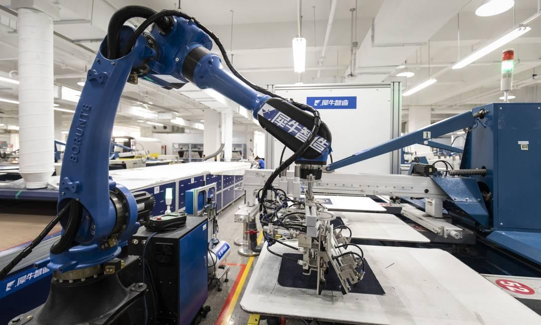 Fábrica da Alibaba: acordo trilateral pretende definir regras para tecnologias disruptivas que marcam a quarta revolução industrial, como a robótica Foto: Qilai Shen / Bloomberg