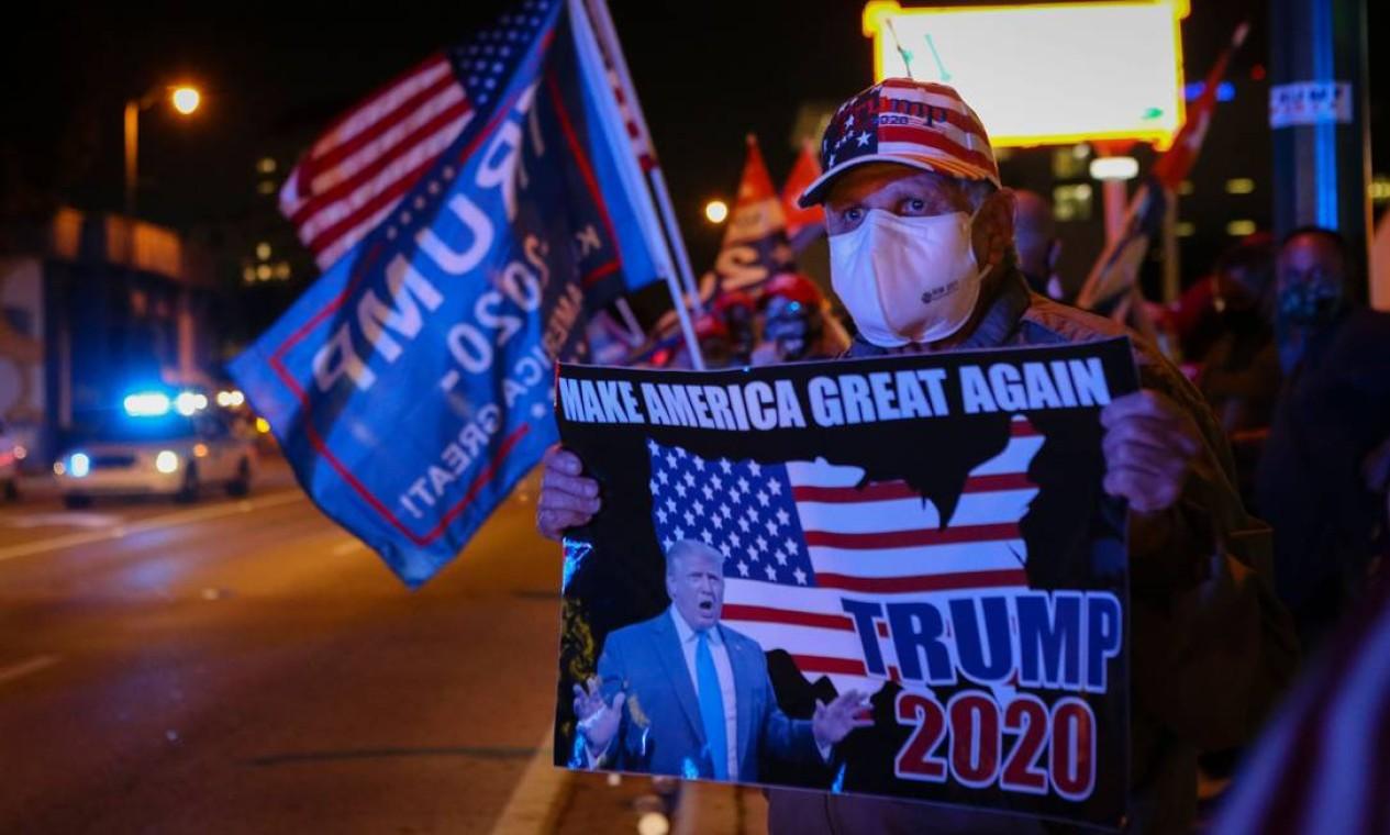 Apoiadores do presidente dos EUA Donald Trump se reúnem em frente ao restaurante cubano Versailles em Miami, Flórida Foto: EVA MARIE UZCATEGUI / AFP