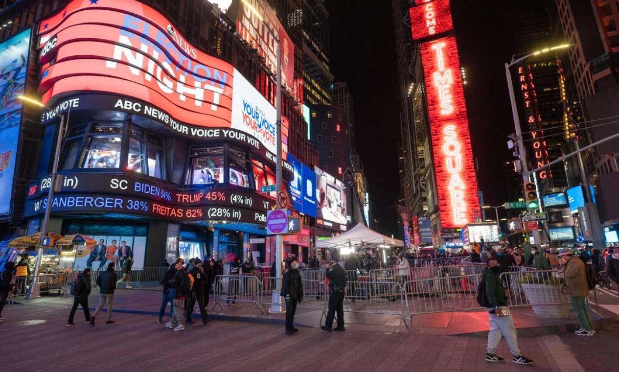 Eleitores se reúnem na Times Square enquanto aguardam os resultados das eleições em Nova York. Foto: David Dee Delgado / AFP