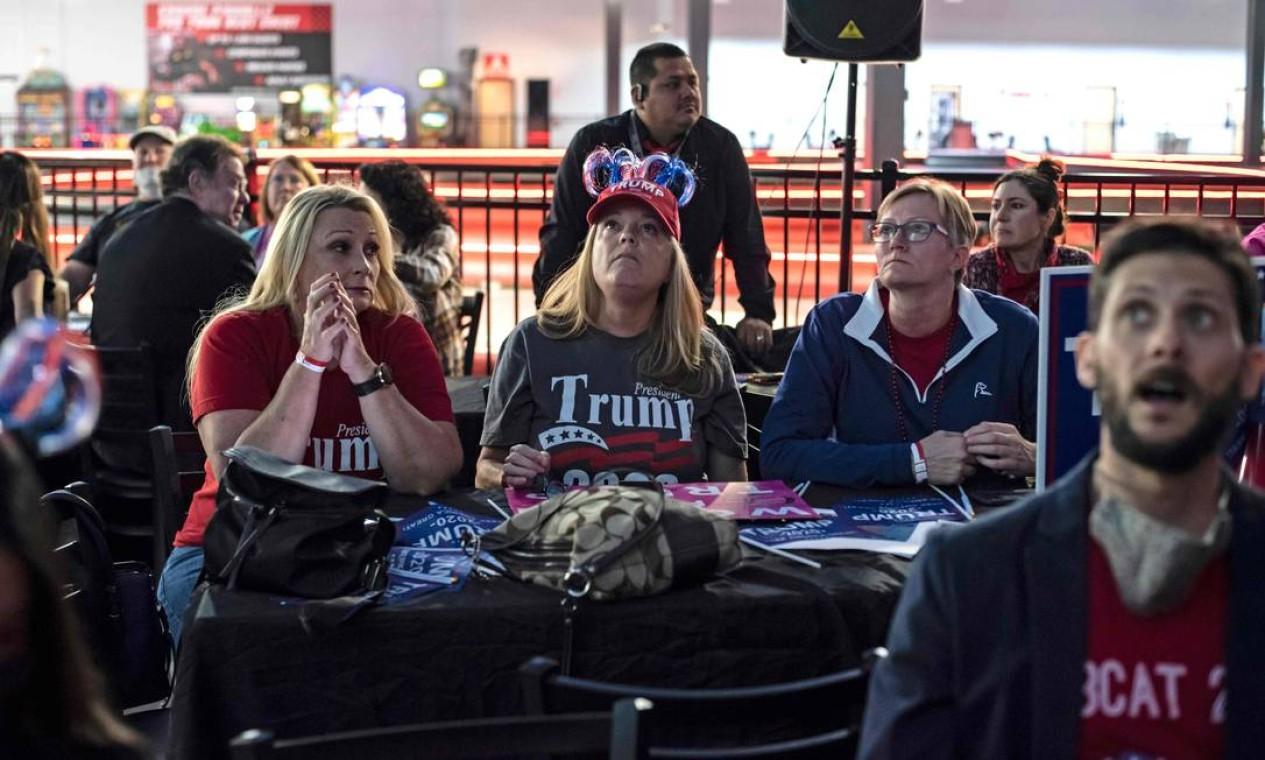 Apoiadores do presidente dos EUA Donald Trump assistem aos resultados das eleições Foto: SERGIO FLORES / AFP