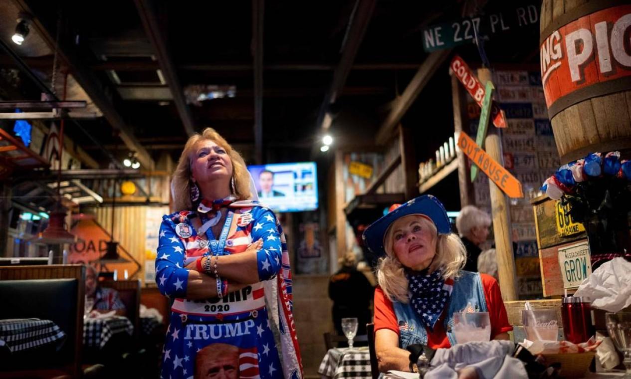 """Eleitores assistem a uma transmissão da eleição presidencial em festa organizada pelo grupo """"Villagers for Trump"""" em The Villages, Flórida Foto: RICARDO ARDUENGO / AFP"""