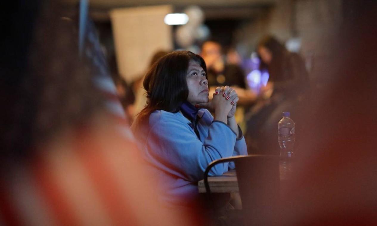 Mulher assiste à cobertura da eleição presidencial dos EUA em um restaurante na Cidade do México Foto: HENRY ROMERO / REUTERS