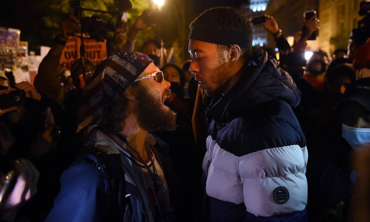 Um apoiador de Trump entra em confronto com um manifestante na praça Black Lives Matter em frente à Casa Branca Foto: OLIVIER DOULIERY / AFP