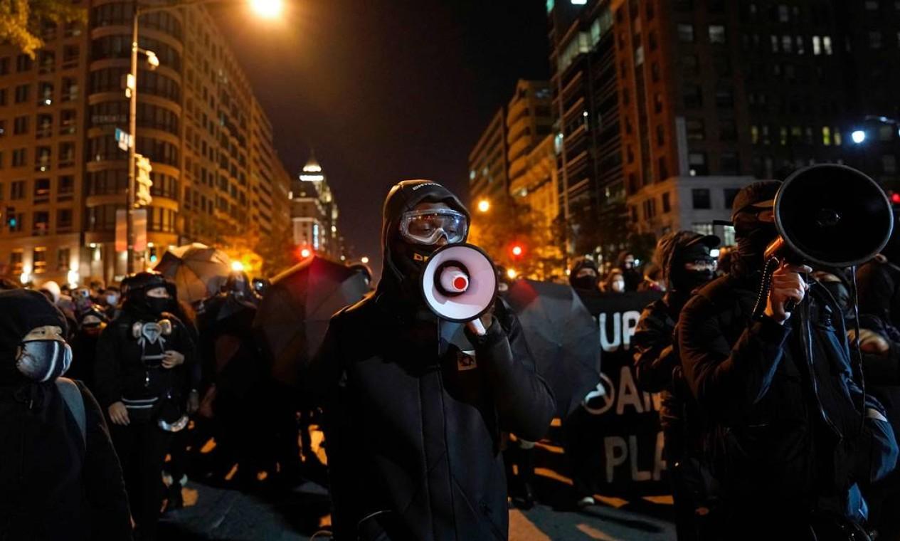 Manifestantes antifa e black block protestam na noite da eleição perto da Casa Branca em Washington Foto: ALEX EDELMAN / AFP
