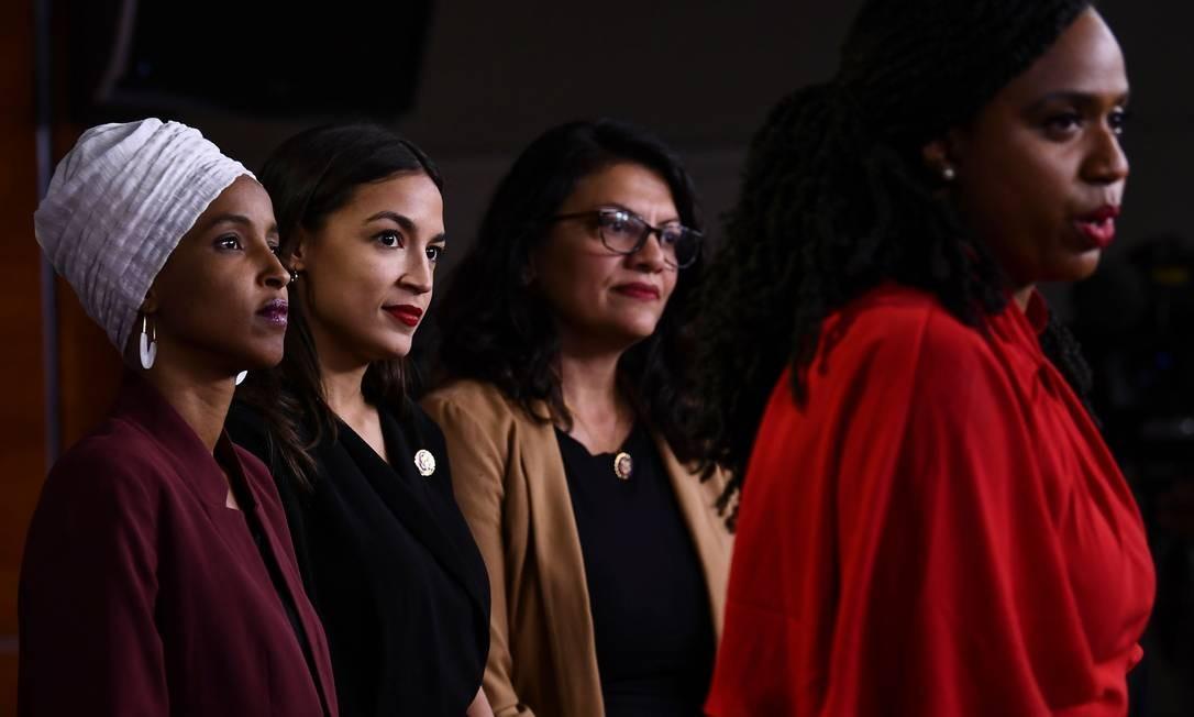 Da esquerda para direita, as deputadas americanas Ilhan Omar Rashida Tlaib, Alexandria Ocasio-Cortez e Ayanna Pressley; as quatro foram reeleitas para a Câmara dos EUA Foto: BRENDAN SMIALOWSKI / AFP