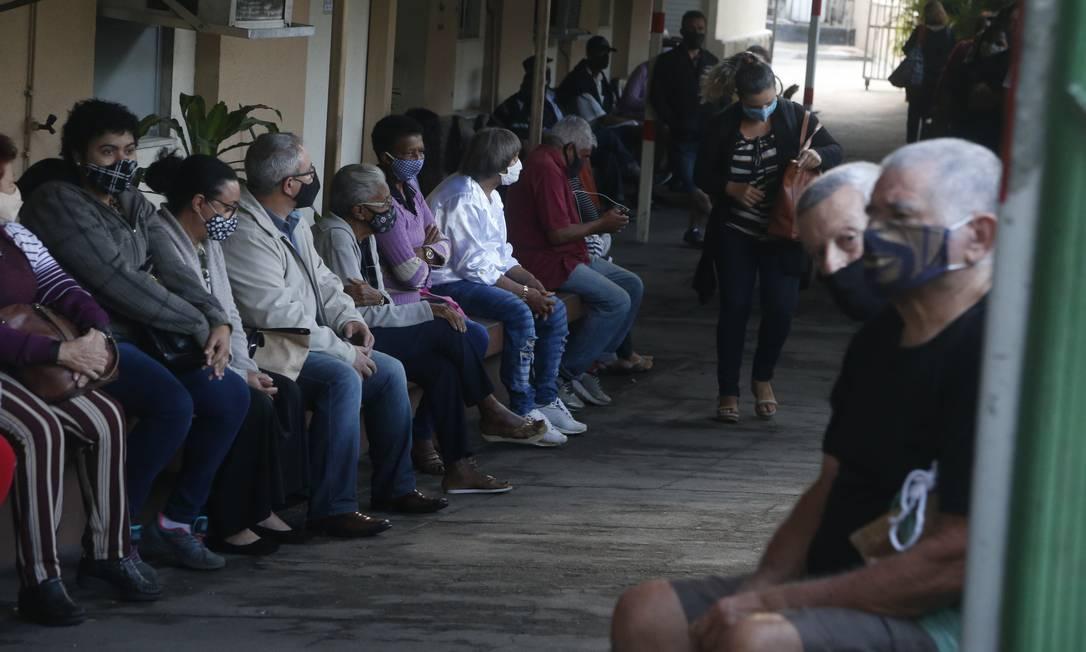 Pacientes aguardam atendimento no Hospital Federal de Bonsucesso, que retoma consultas e exames nesta quarta-feira Foto: Fabiano Rocha / Agência O Globo