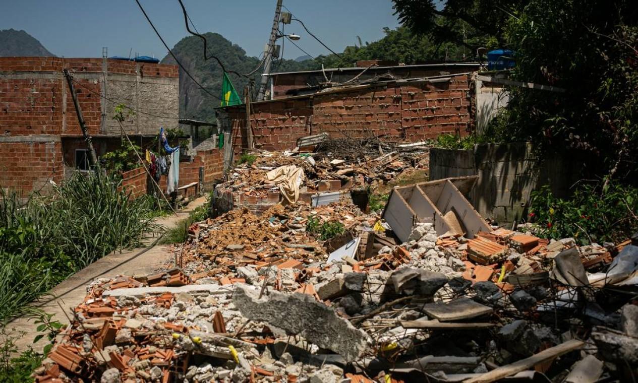 Escombros de casas demolidas pela prefeitura em área de risco do Morro da Babilônia Foto: Hermes de Paula / Agência O Globo