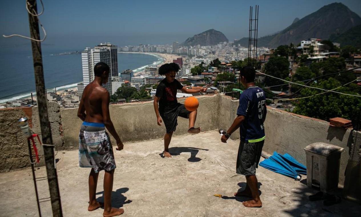 Jovens jogam altinha em terraço no Morro da Babilônia, na Zona Sul do Rio Foto: Hermes de Paula / Agência O Globo