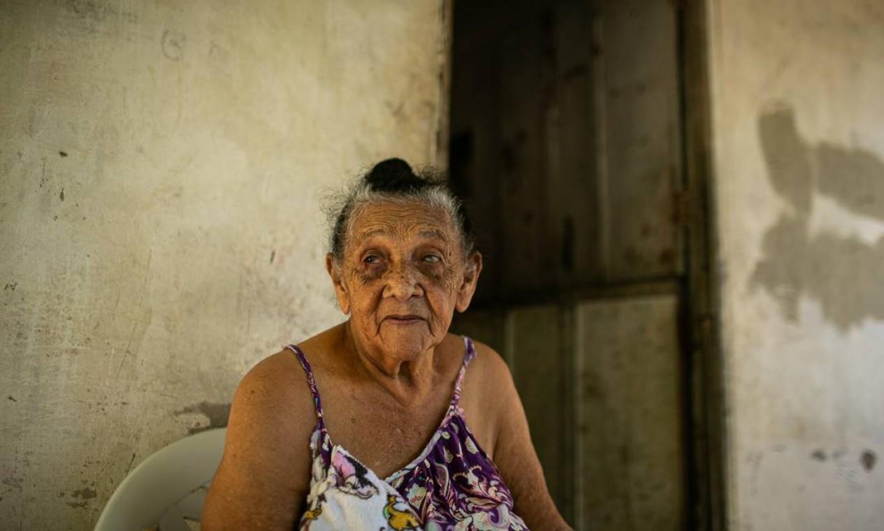 Maria Pereira Martins, de 88 anos, é cega e há mais de 10 anos espera por uma casa para sair da parte mais alta do Morro da Babilônia, na Zona Sul do Rio, onde vive numa área de risco Foto: Hermes de Paula / Agência O Globo
